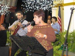 Algunas intérpretes entonaron temas de las Damas de la Canción -a las que se enalteció- acompañadas por el grupo Nuevas Raíces.