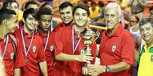 Milton Rivera director de deportes Municipio de Humacao entrega a Carlos...